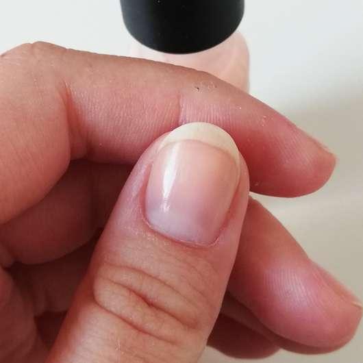 Nahaufnahme eines lackierten Nagels