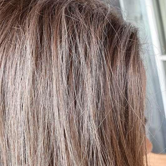 Schauma Hi Lovely! Trockenshampoo - Trockenshampoo in den Haaren