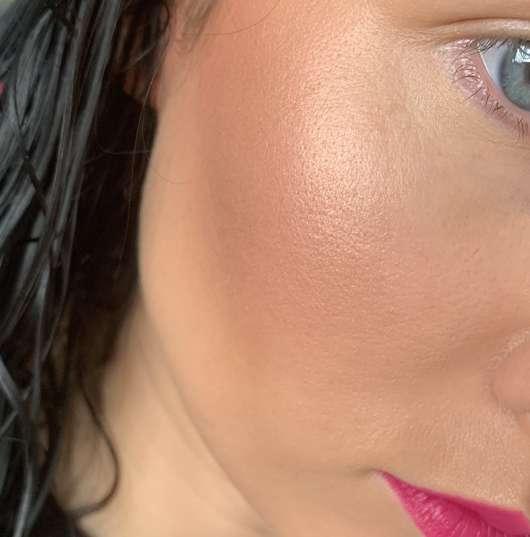 e.l.f. Cosmetics Metallic Flare Highlighter, Farbe: Rose Gold - im Gesicht aufgetragen