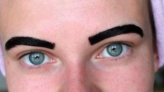 Makeup Revolution Brow Tint, Farbe: Taupe - aufgetragenes Gel auf den Augenbrauen