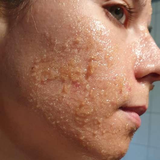 Balea Sugar Scrub Brown Sugar & Chia - Konsistenz im Gesicht