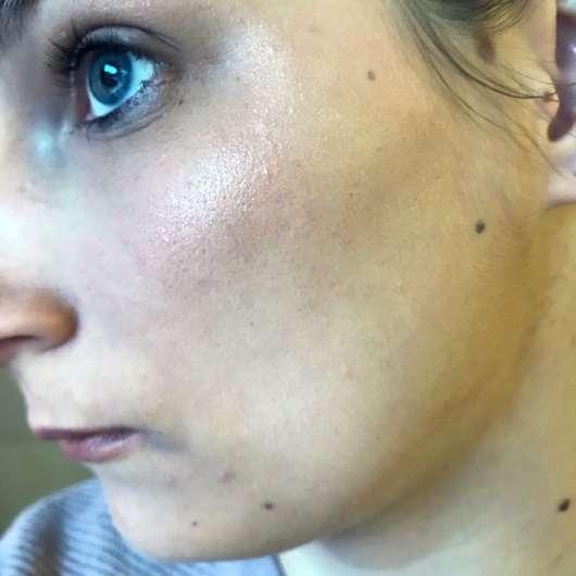 e.l.f. Cosmetics Metallic Flare Highlighter, Farbe: Rose Gold - auf dem Wangenknochen aufgetragen