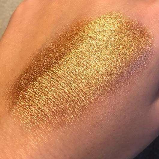 Sleek MakeUP Highlighting Elixir Illuminating Drops, Farbe: 1237 Sunlit - Swatch nach dem Verteilen auf dem Handrücken