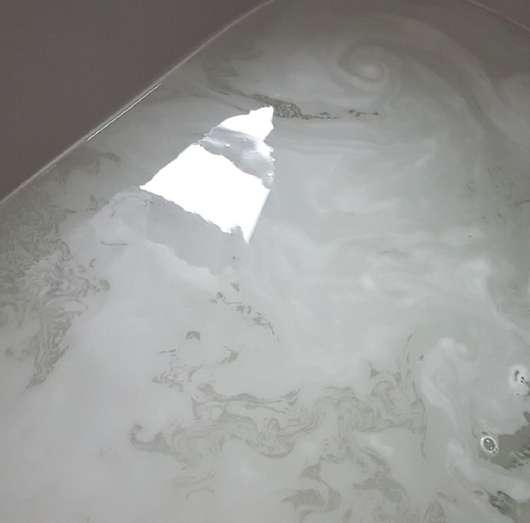 Badewasser mit Alterra Naturkosmetik Badesalz Auszeit
