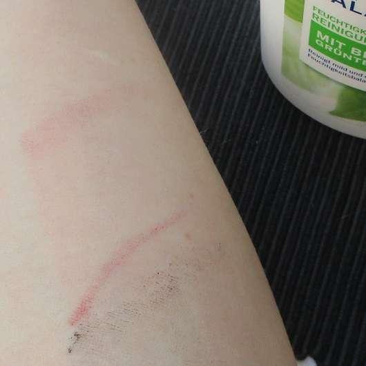 Unterarm mit Make-up nach Anwendung der NIVEA Natural Balance Feuchtigkeitsspendende Reinigungsmilch