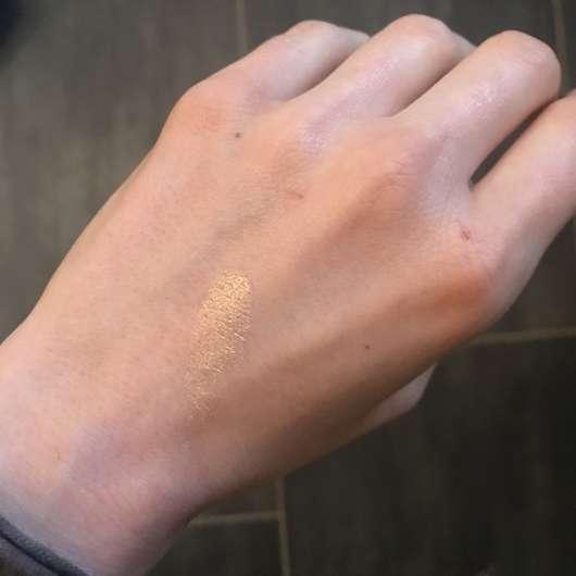 PARSA Beauty Professional Fächerpinsel - Swatch eines Highlighters vor dem Verblenden