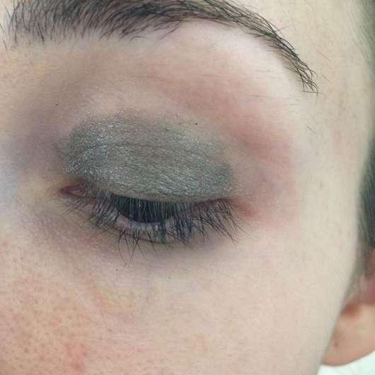 Make Up Factory Cooling Eyeshadow Stick, Farbe: 18 Grey Glamour (LE) auf dem gesamten Lid aufgetragen