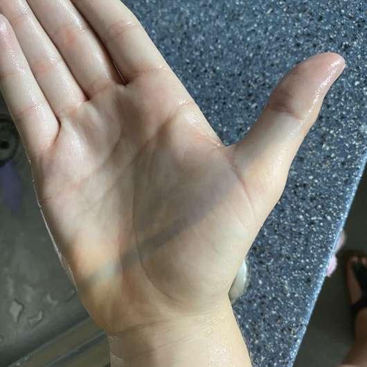 leicht verfärbte Hand durch die Mara Expert Plaque Checker Zahncreme