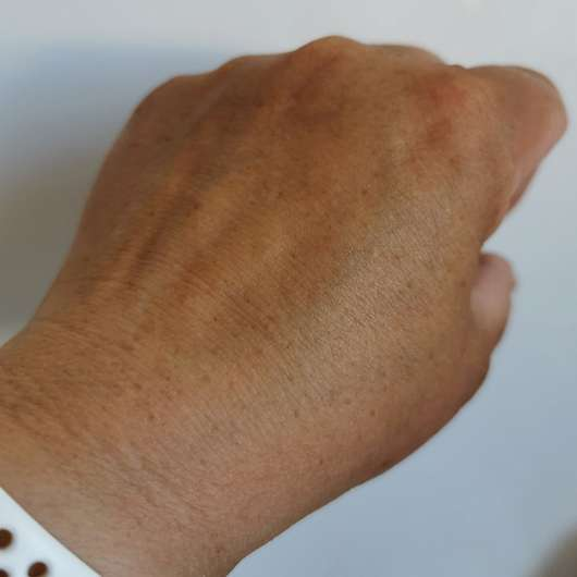 Handrücken mit BYRON BAY AUSTRALIA Lotion Sunspray LSF 30