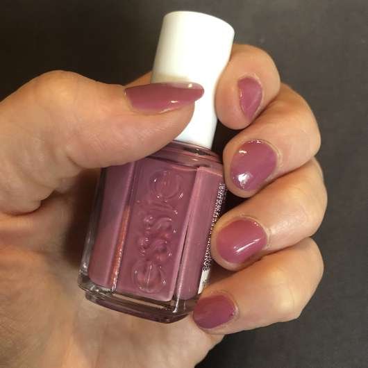 lackierte Nägel mit essie Treat Love & Color Nagellack, Farbe: 95 Mauve-Tivation