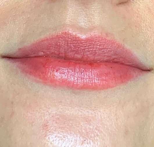 Lippen mit ISANA Getönte Lippenpflege Color 2 Care, Farbe: Rot