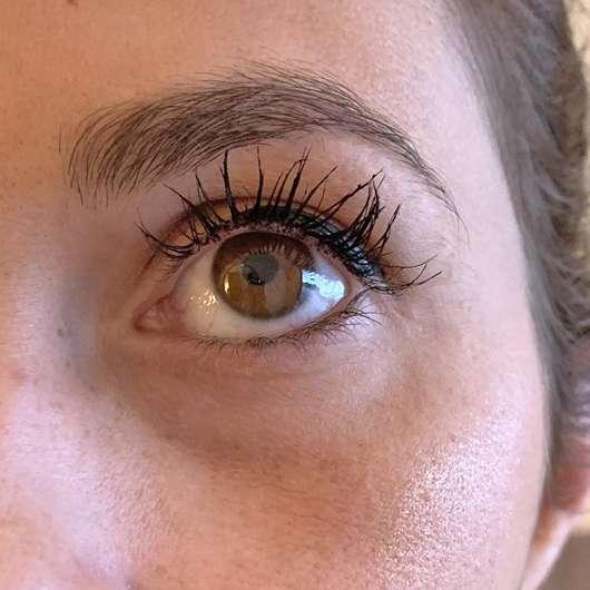 Auge mit Catrice Glam & Doll Curl & Volume Mascara, Farbe: 010 Black