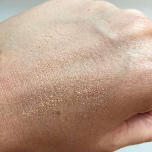 Alterra Kompaktpuder, Farbe: 02 Medium - Swatch auf dem Handrücken