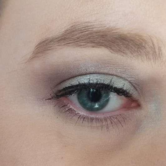 Auge mit alverde Liquid Eyeliner, Farbe: 10 Black