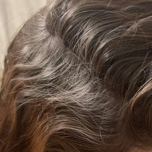 Haare während der Anwendung - Balea 2in1 Trockenshampoo & Volumenpuder