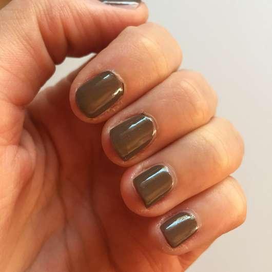 gitti water-based vegan nail color, Farbe: 11 mokka - zwei Schichten im Sonnenlicht fotografiert