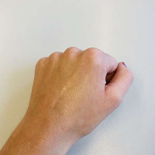 NIVEA Anti-Transpirant Pearl & Beauty 48h Roll-On - Konsistenz auf dem Handrücken