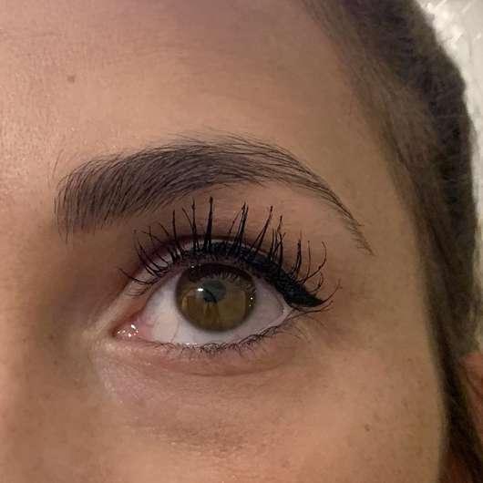 Auge mit ARTDECO Full Waves Curling Mascara, Farbe: 1 Black (LE)