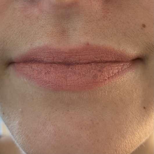 Lippen mit IsaDora Velvet Comfort Liquid Lipstick, Farbe: 50 Nude Blush