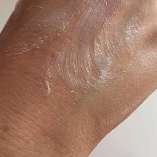 lavera Basis Sensitiv Creme mit Bio-Sheabutter und Bio-Mandelöl - leicht auf der Haut verteilt