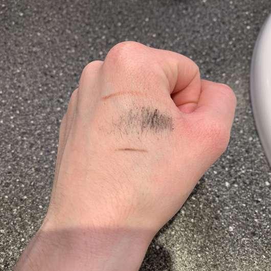 Handrücken mit Make-up vor der Anwendung des Balea Reinigungstuches