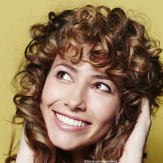 Curly Fringe: So stylt ihr den Statement-Look