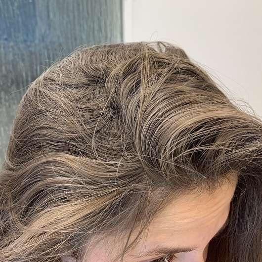Haare direkt nach dem Aufsprühen des Batise Trockenshampoos Cherry