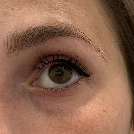 Auge mit MANHATTAN Eyemazing Volume On Demand Mascara, Farbe: Black