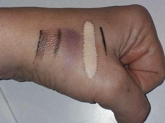Hand mit Make-up vor der Anwendung des Clinique take the day off makeup removers